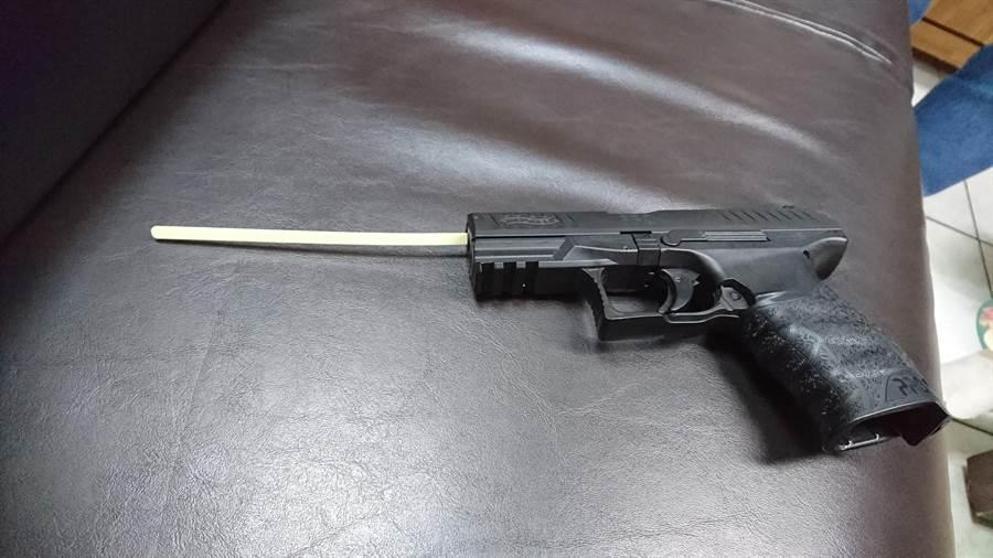 台北市刑大新採購防槍枝走火利器─槍膛安全索。〔謝明俊攝〕