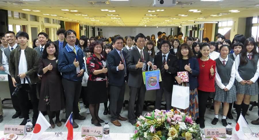 日本新潟藝專師生40人26日到溪湖高中交流。(鐘武達攝)