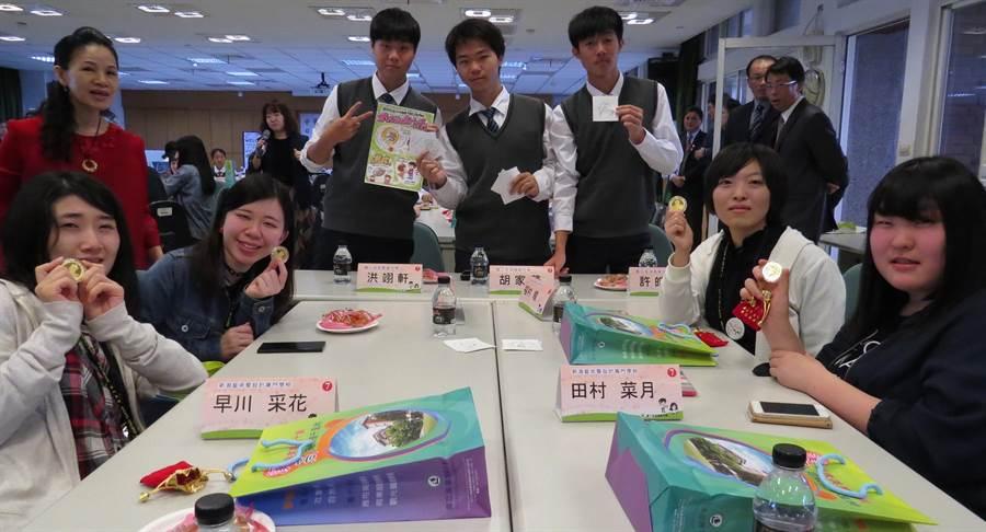 溪湖高中以溪湖福安宮的錢母作為送給日本學生的見面禮。(鐘武達攝)