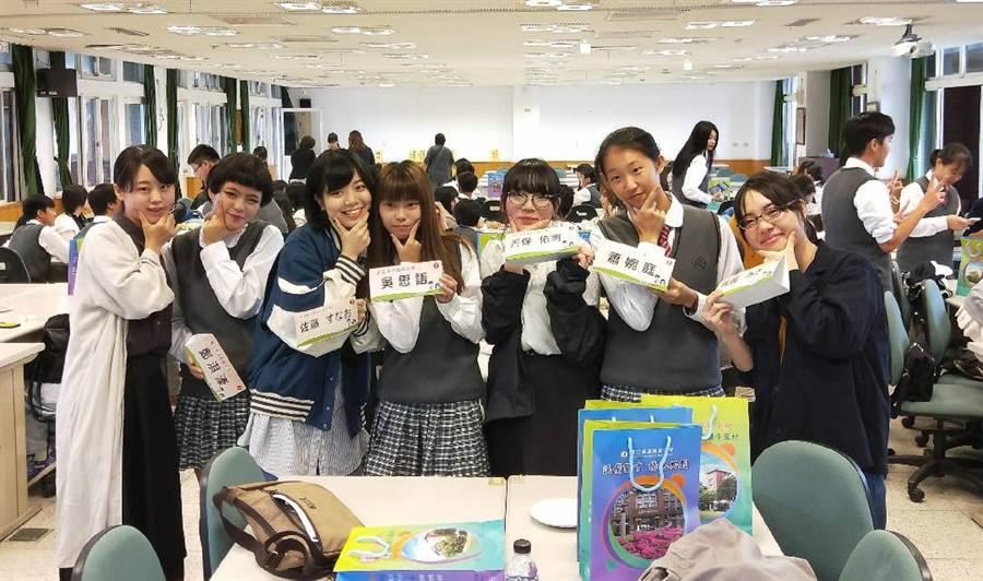 溪湖高中學生與日本新潟藝專學生透過藝術學習建立好友誼。(鐘武達攝)