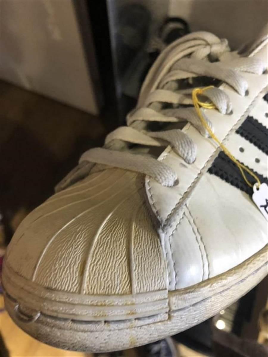 網友表示,現場販賣的許多鞋子都已泛黃不能穿了。(翻攝自Dcard)
