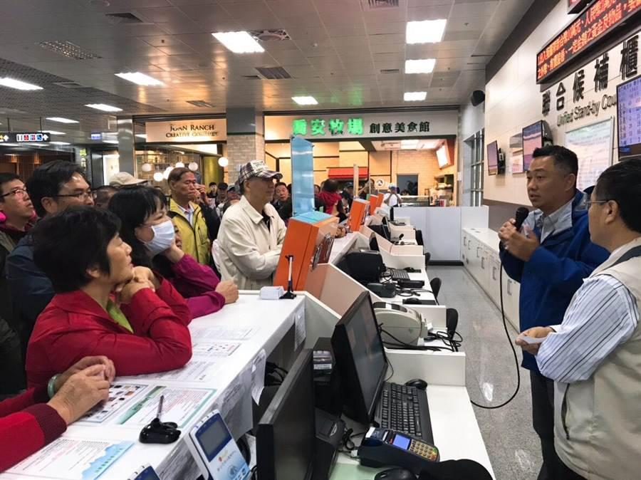 楊鎮浯赴尚義機場協調加班機,親自向鄉親說明狀況。(楊鎮浯立委服務處提供)