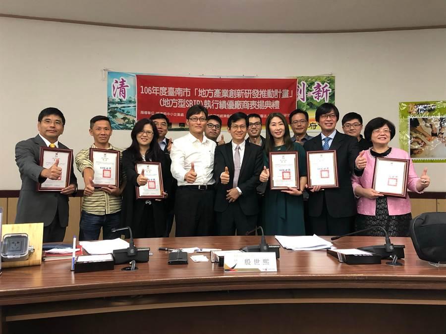 台南市經發局推動中小企業創新研發,並協助在地新創團隊發展,7年來總計帶動逾26億元產值,26日也表揚績優廠商及新創團隊。(莊曜聰攝)