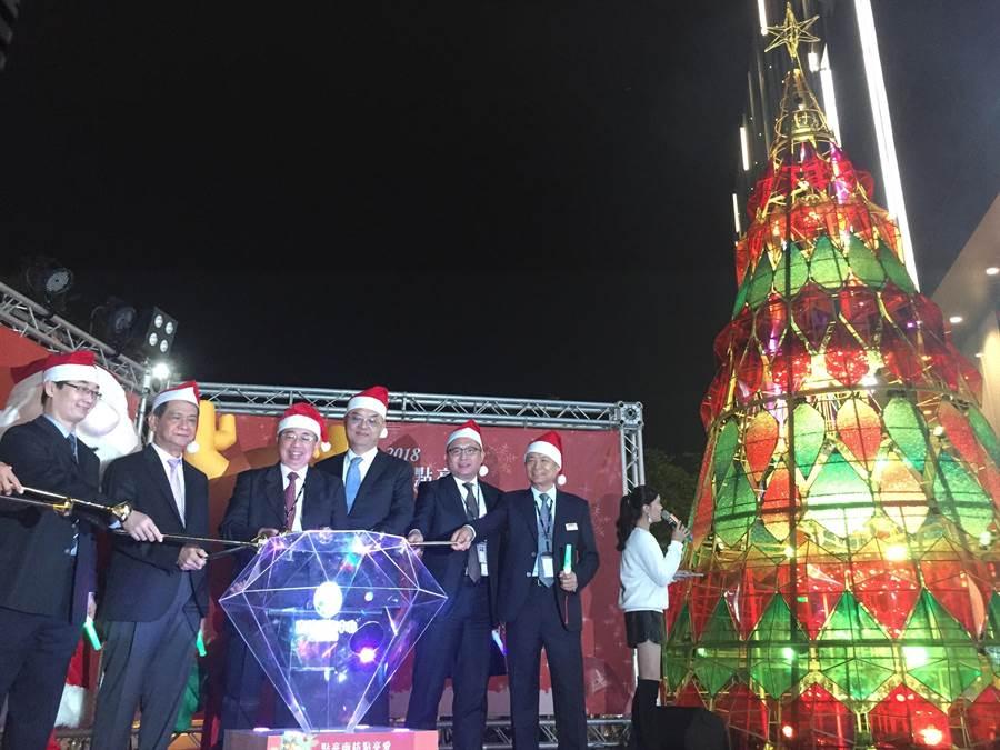 南紡購物中心26日晚間舉辦耶誕點燈儀式,以東方明珠照耀府城的概念,精心打造全台唯一的「寶石光之樹」。(曹婷婷攝)