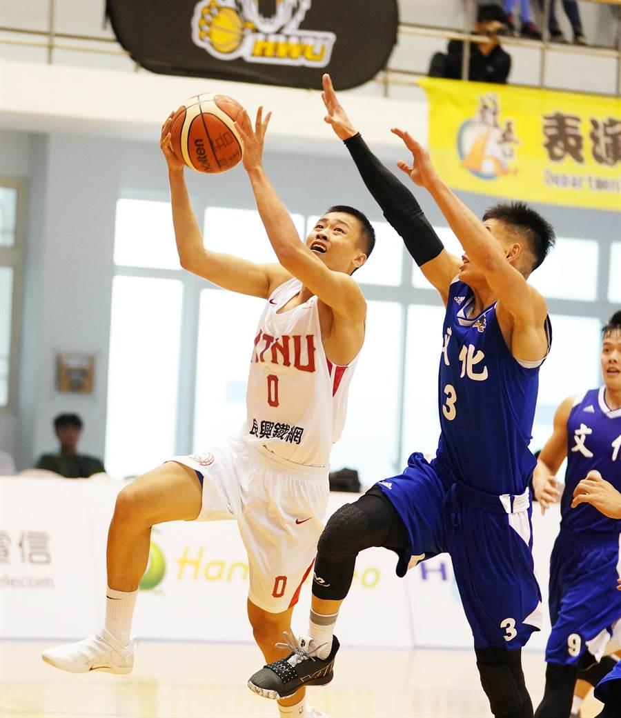 台師大陳又瑋(左)在UBA新球季前兩場比賽打出爭取新人王的氣勢。(大專體總提供)