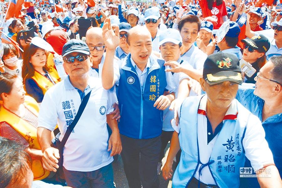 韓國瑜(中)受到英雄式歡迎。(本報資料照片)