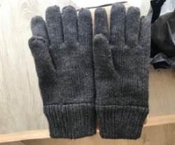 網購手套竟寄來兩隻左手? 客服神回覆網笑翻:我也長反了