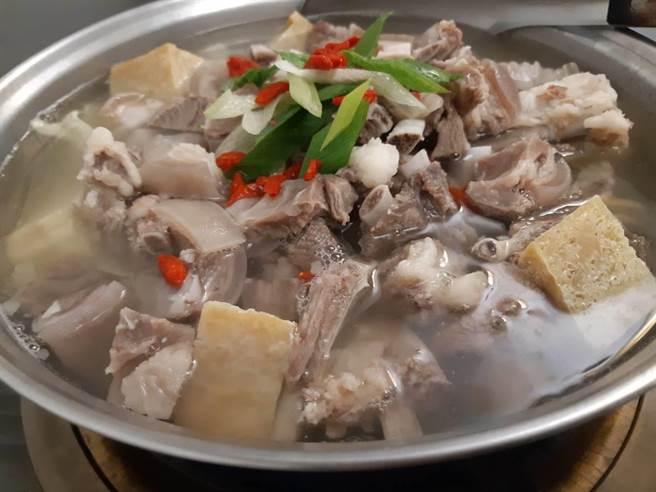 預發》在南區灣里的「咩」羊肉爐,清燉口感凸顯羊肉與湯頭的鮮美。(程炳璋攝)