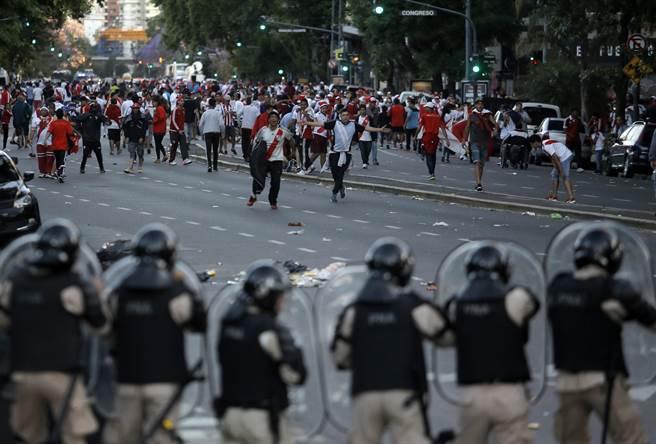 河床球迷在場外鬧事,警方嚴陣以待。最後南美足聯決定將解放者盃決賽第2回合移師到皇馬的伯納塢球場進行。(美聯社資料照)