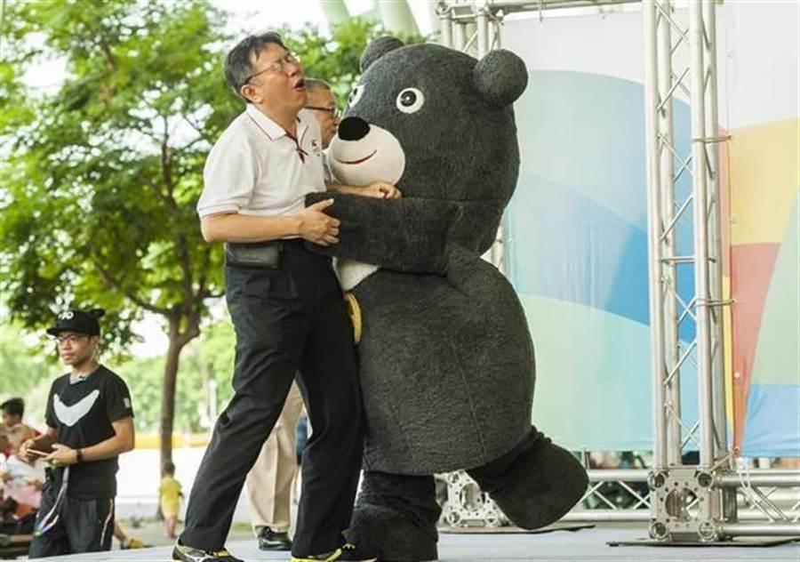 台北市長柯文哲(左)和世大運吉祥物熊讚。(資料照片/鄭任南攝)