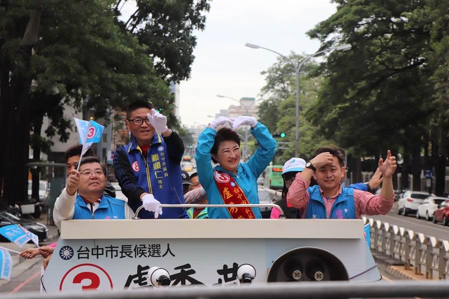 台中市長當選人盧秀燕(右二)27日持續車隊謝票行程,她開心向民眾擺出「愛心」動作。(林欣儀攝)