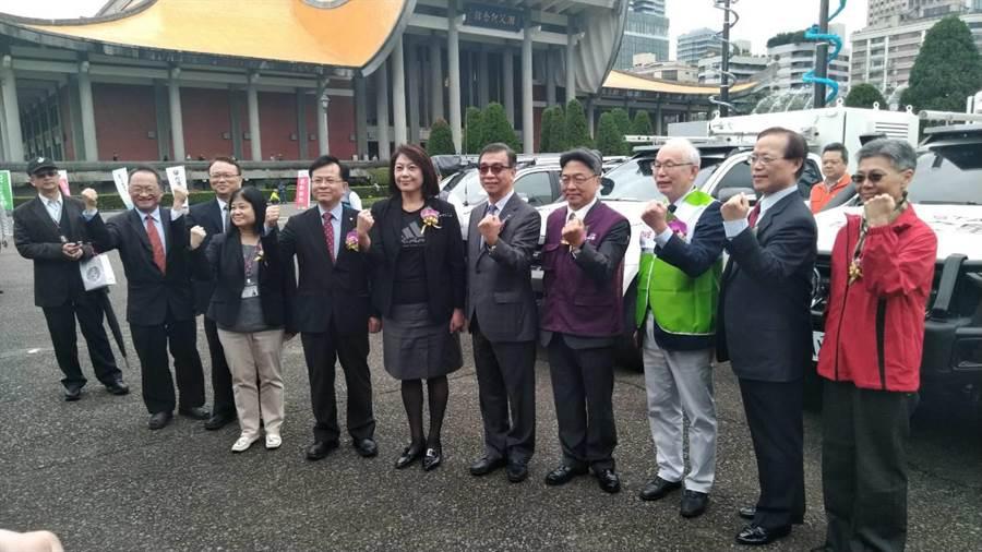 NCC主委詹婷怡與5大電信業者及台灣電信產業發展協會舉行「防救災行動通訊車啟用典禮」。(黃有容攝)