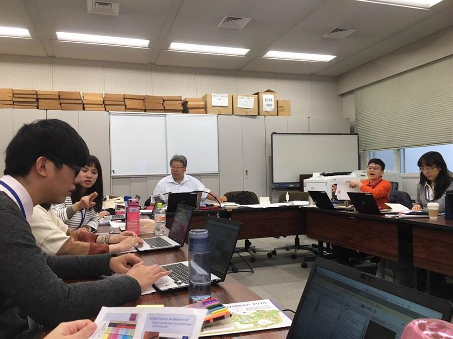 關西大學教授山本於課堂上與應心系碩班學生高菱讌(左後)與大四學生蔡亦倫(左前)互動討論。(校方提供)