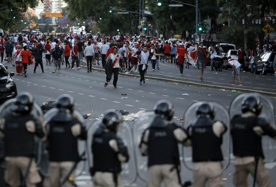 河床球迷在場外鬧事,警方嚴陣以待。(美聯社)