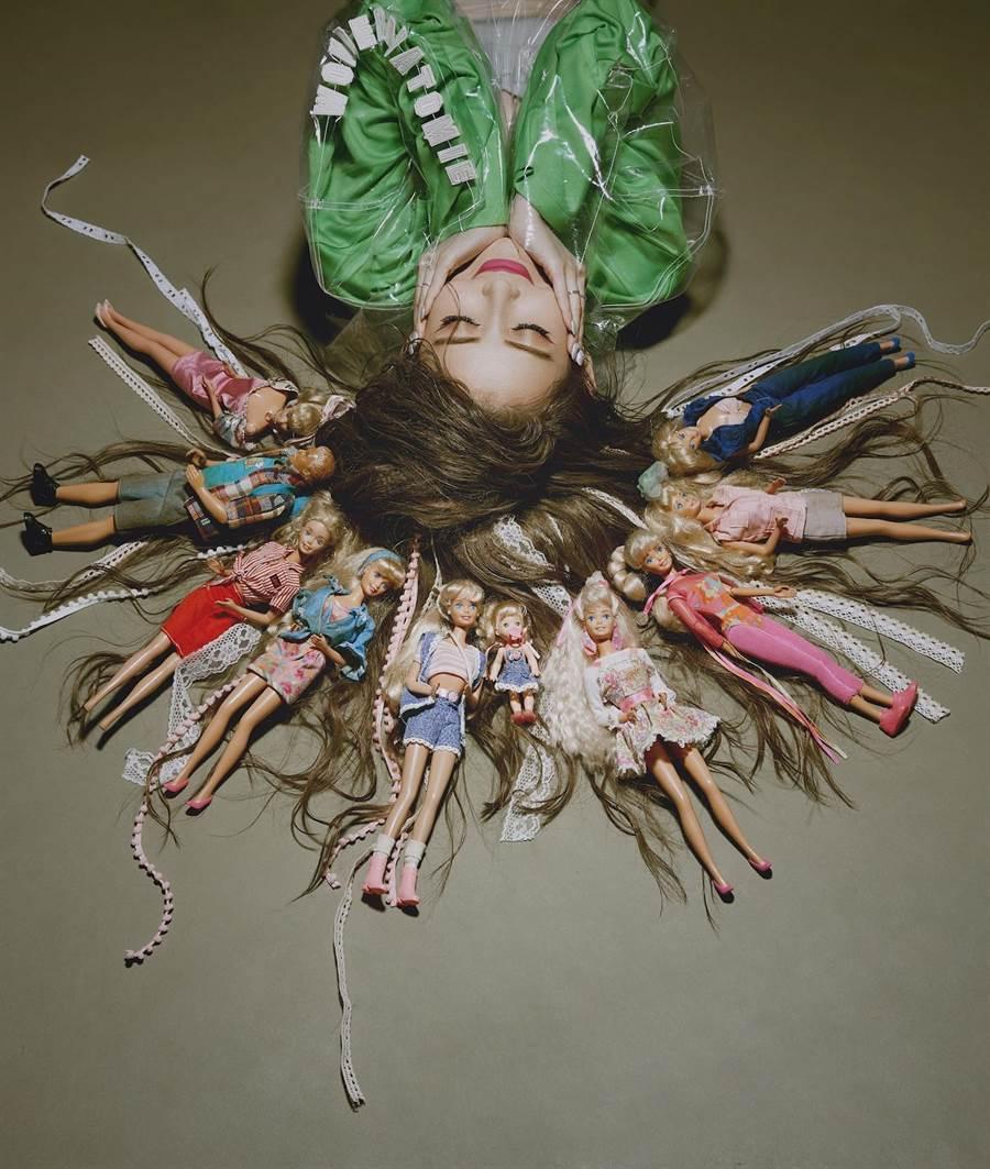 愷樂將芭比娃娃編成頭髮。(環球提供)