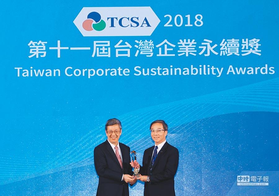 台灣松下電器總經理林淵傳(右)接受副總統陳建仁頒贈「三大永續典範外商企業獎」。圖/業者提供