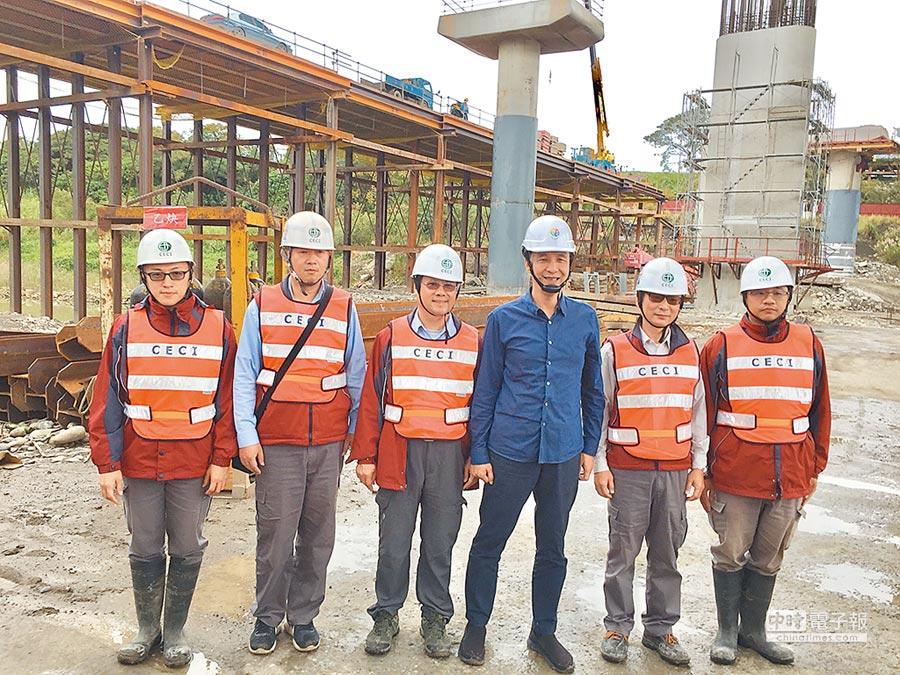 三鶯大橋改建計畫第一階段將在2020年2月完工,新北市長朱立倫(右三)26日前往視察。(許哲瑗攝)