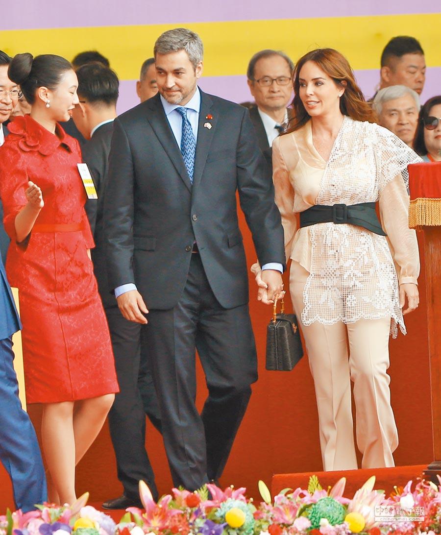 107年國慶大會,友邦巴拉圭共和國總統阿布鐸(中)及夫人席凡娜(右)專程出席。(本報系資料照片)