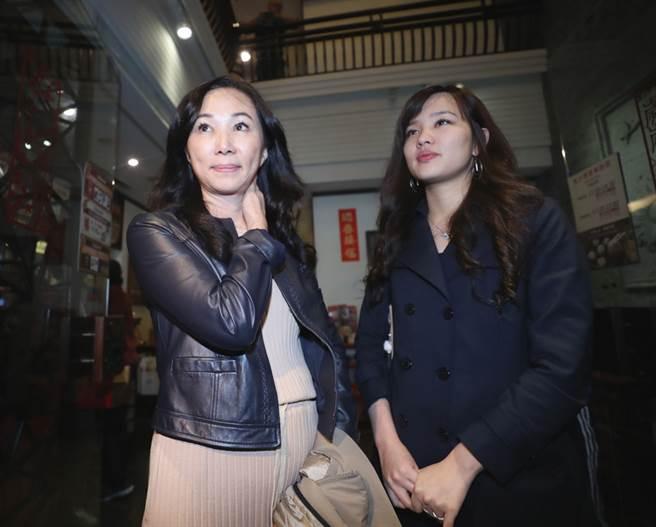 高雄市長選舉當選人韓國瑜28日下午現身台北,並接受媒體記者訪問,韓國瑜妻子李佳芬(左)與女兒韓冰(右)在一旁等待。(中央社)