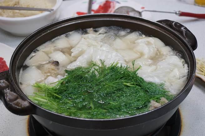 涮羊肉配合中部人才吃的茴香菜,意外對味。(王文吉攝)