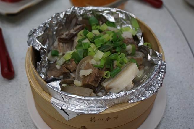 清蒸雪花肉使用帶皮三層羊肉,肉質軟嫩鹹香,羊皮Q彈。(王文吉攝)