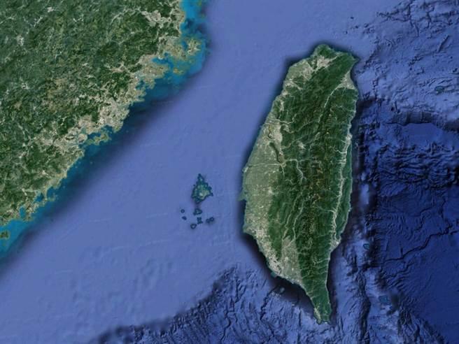 美作戰艦與補給艦各一艘今日通過臺灣海峽。