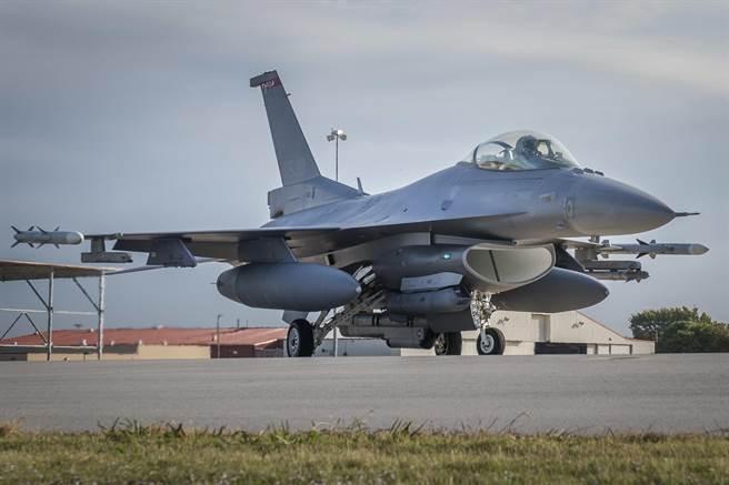國軍一架F-16機今晚進行夜訓時,疑似失事,為歷年第9起。(非事發示意圖/美國空軍)