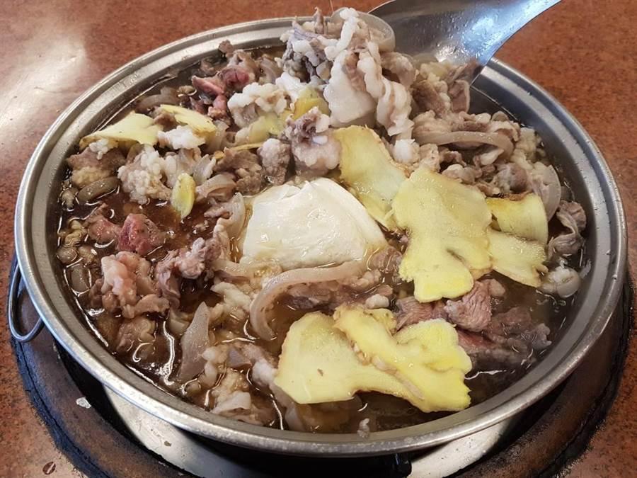 羊肉片,肉質鮮嫩,採羊大骨熬煮10幾個鐘頭,湯頭新鮮度極佳。(張妍溱攝)