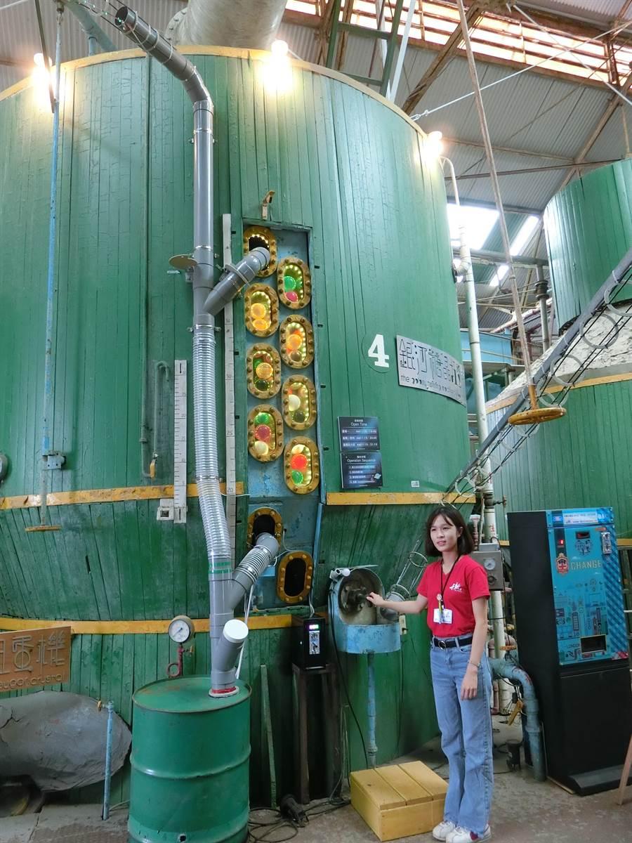 2層樓高的糖晶罐被改造成為銀河糖晶扭蛋機。(曹婷婷攝)