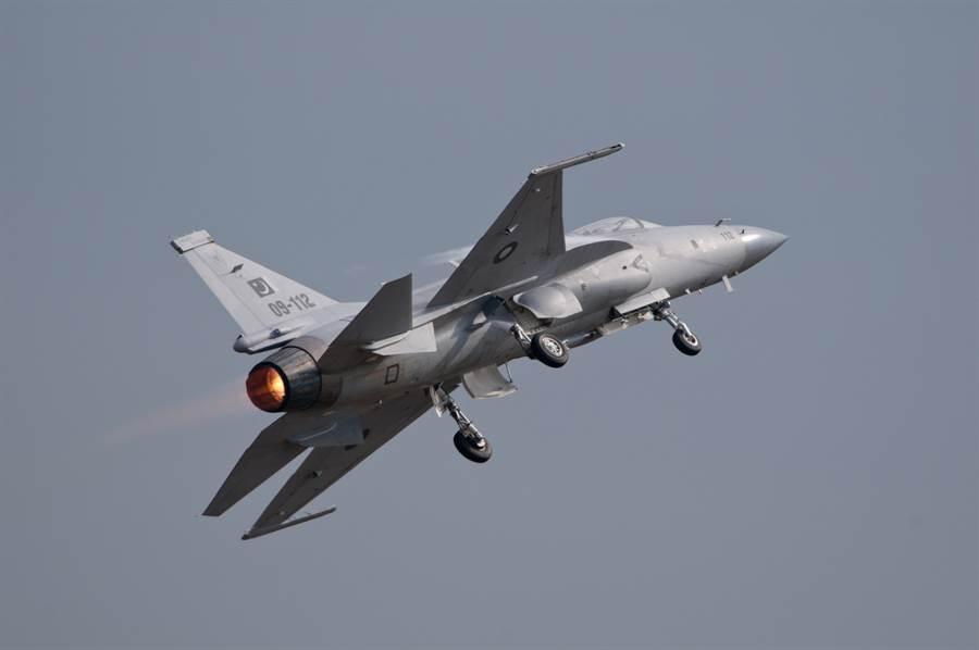中巴合作製造的JF-17雷霆多用途輕型戰機,在大陸的型號是FC-1梟龍戰機。(圖/新華社)
