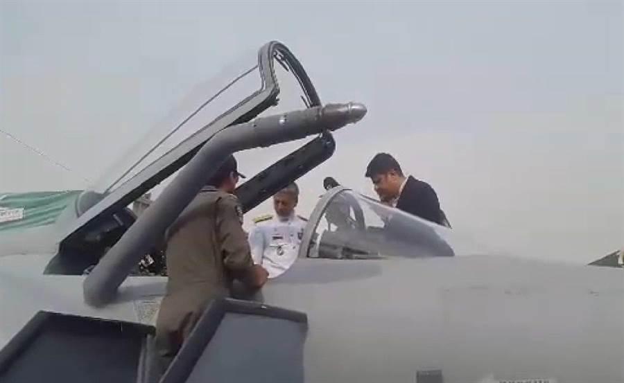 伊朗空軍將官參觀巴基斯坦防務展上的JF-17雷霆輕型戰機。(圖/推特@Defence_blog)