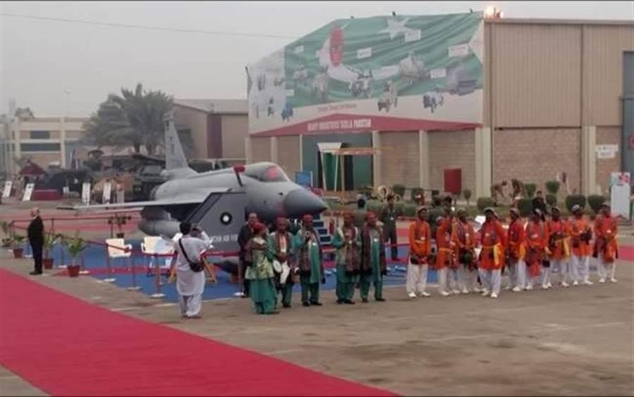 伊朗空軍領導人在巴基斯坦防務展上參觀中巴合製的JF-17雷霆戰機。(圖/@AhmAdTipu7)