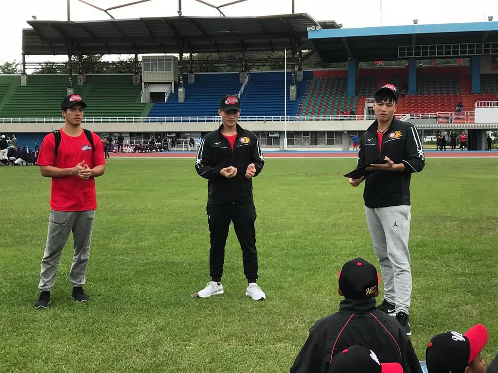 Lamigo桃猿內野手(由右至左)林智平、林承飛、林立指導關懷盃小球員。(鍾亞芳攝)