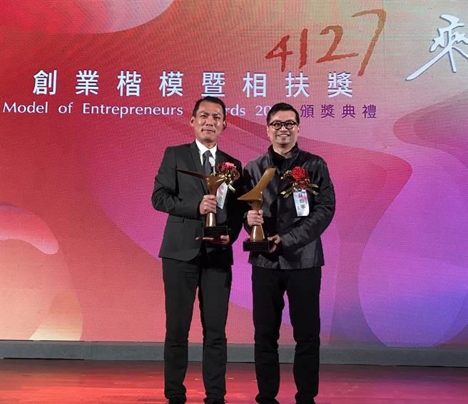 慧智基因創辦人蘇怡寧(右) 獲第41屆創業楷模獎,獲相扶獎的總經理洪加政(左)(公司提供).