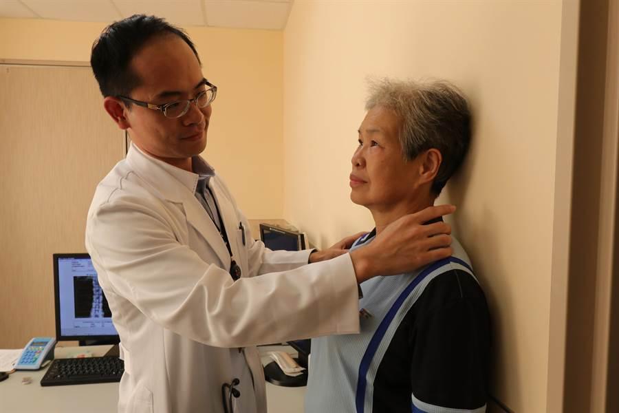 亞大醫院強調,當人靠牆站立時,若後頸與牆的距離大於3公分,就有骨質疏鬆的風險。(林欣儀攝)