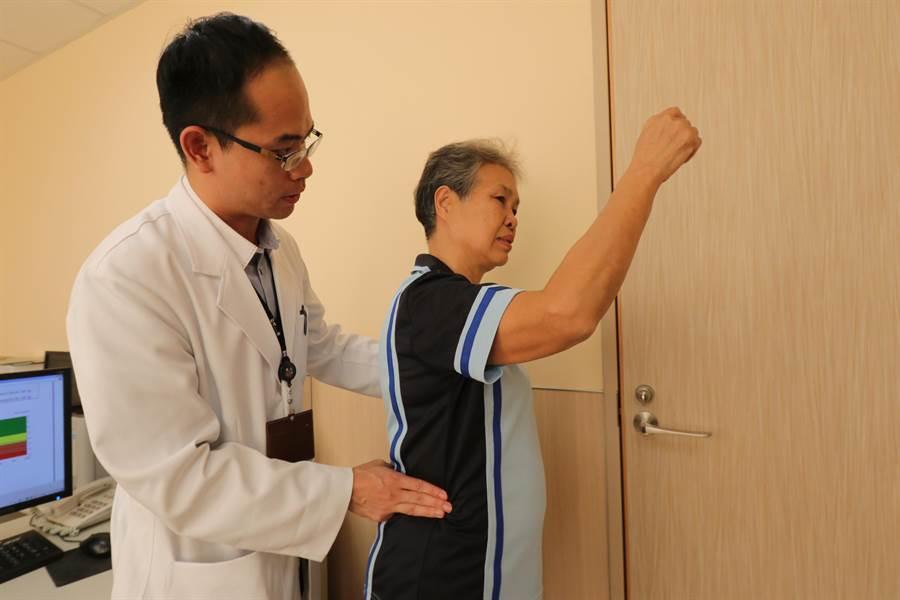 醫師指出,當肋骨最下緣與骨盆之間距離小於2公分,就有骨質疏鬆的風險,呼籲民眾應注意。(林欣儀攝)
