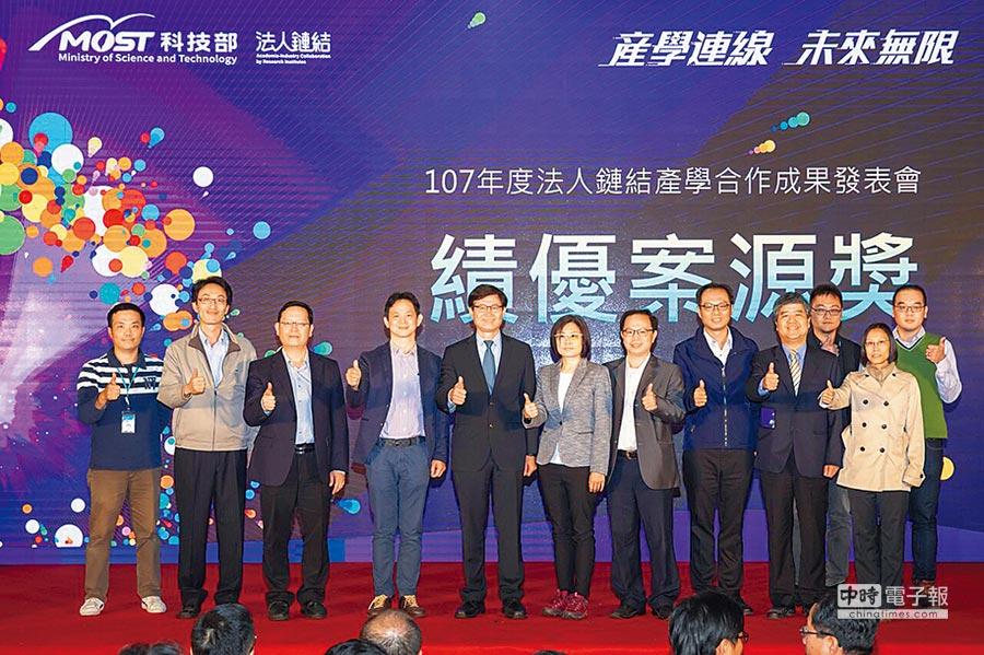 科技部次長許有進(左5)與績優案源得獎團隊共同合影。