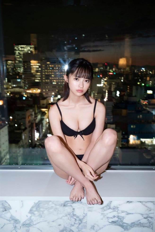 網友透過寫真照片推測她的身材應該有E罩杯(圖/翻攝自推特/@chR18oO)