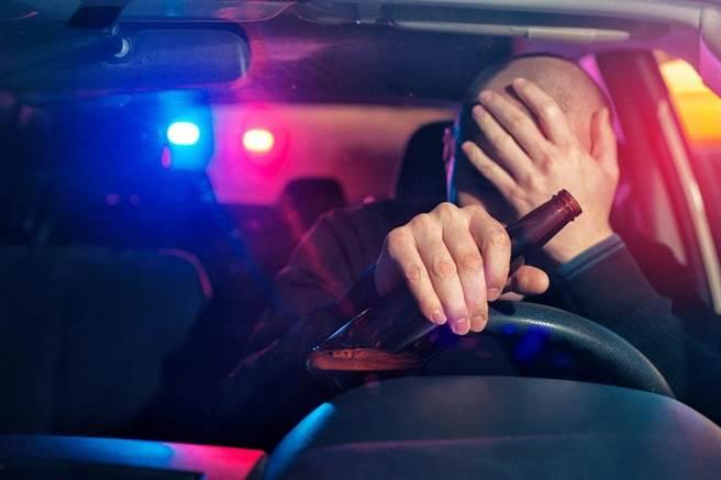 酒駕造成嚴重社會治安問題。南韓國會29日通過修法,酒駕致死最高可處無期徒刑。(示意圖/shutterstock)