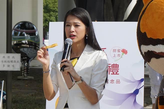 李文儀試吃芒果乾,稱讚果乾天然且完整保留台灣芒果好滋味。(王文吉攝)
