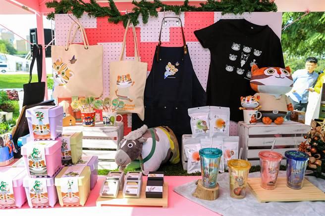 台中世界花博推出第二波官方紀念品,包括花甜蜜語巧克力、果乾、棒棒糖、巧克力存錢筒等。(王文吉攝)