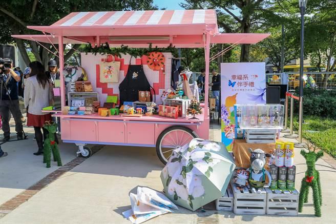 花博園區內設置紀念品花車,提供官方伴手禮提供遊客選購。(王文吉攝)
