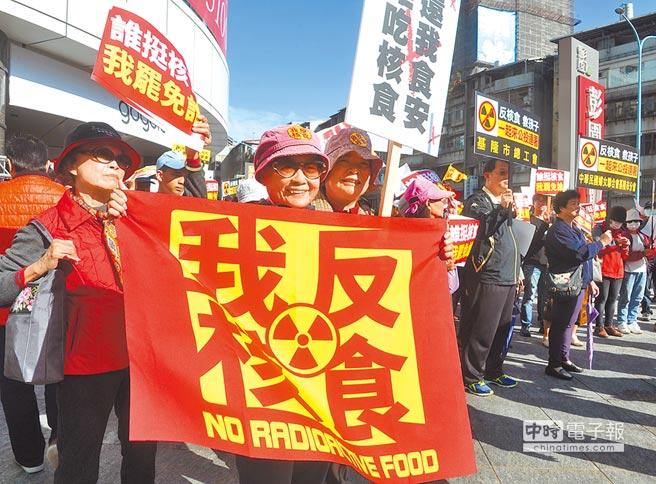 反核食公投過關,高達779萬人同意。圖為民眾到政院核食公聽會場外抗議。(本報資料照片)