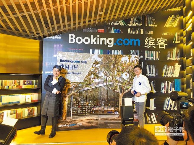 蔡康永(左)昨出席「快閃書屋」開幕記者會,擔任一日屋主並分享閱讀與旅遊趣事,Booking.com中國區行銷總監陳淵也一同出席。(何書青攝)