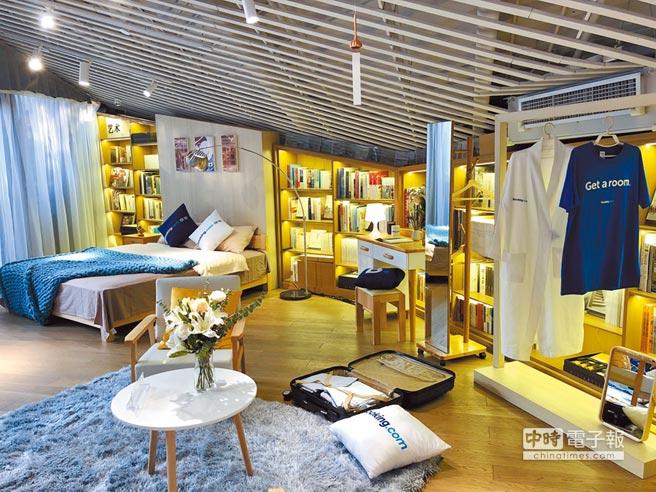 「快閃書屋」2樓特別設置的臥房寬敞溫馨,讓房客在書香氣息中入眠。(何書青攝)