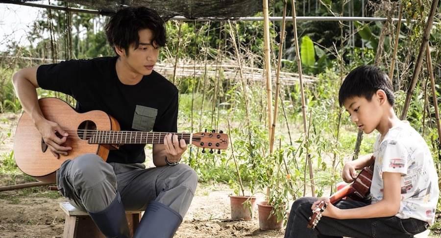 劉以豪教小童星自彈自唱。(歐銻銻娛樂提供)