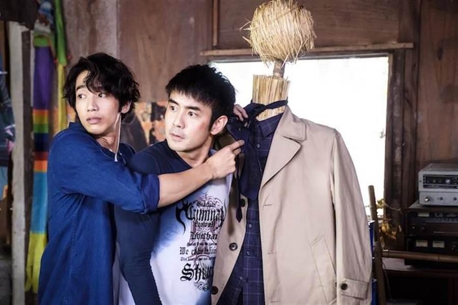 劉以豪(左)教劉子千打領帶被陳庭妮撞見。(歐銻銻娛樂提供)