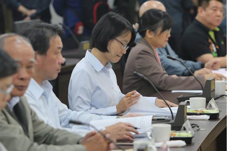 北農29日下午召開董事會,討論吳音寧(中)的人事案。(中央社)