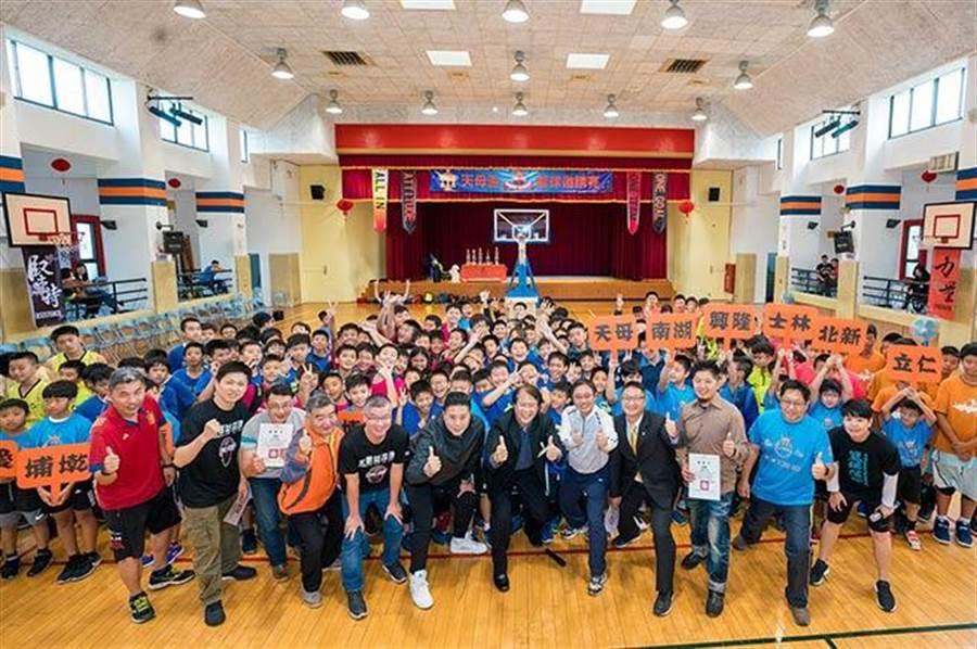 第八屆天母盃籃球賽熱鬧登場 永慶房屋代表與球員們、老師及貴賓合影。(圖/永慶房屋 提供)