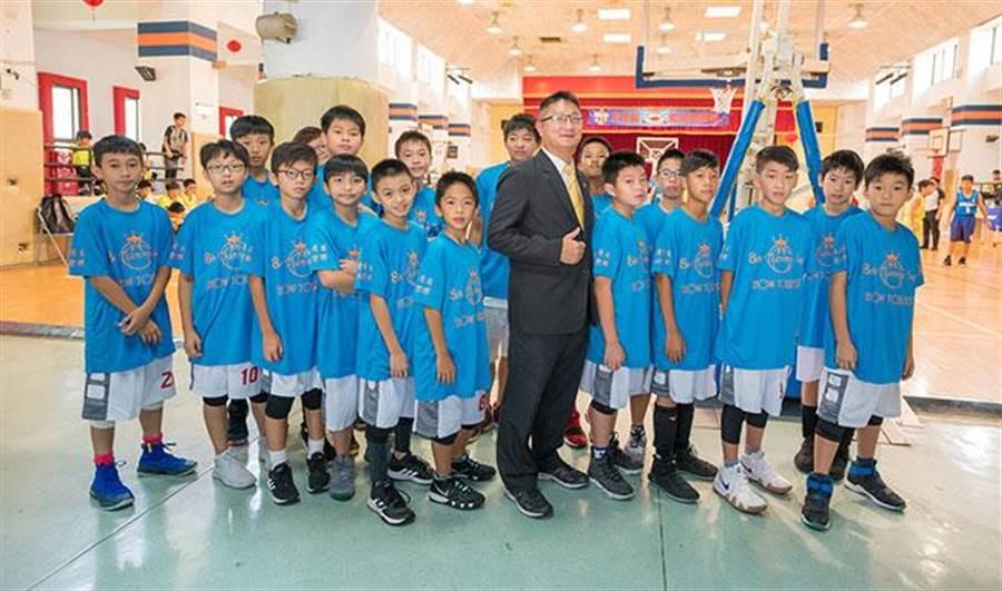 永慶房屋士林區協理謝明峰與天母國小籃球隊合影。(圖/永慶房屋 提供)